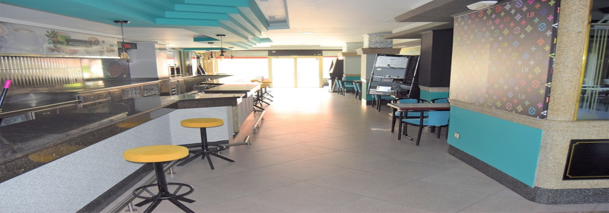 Amplia cafetería con 2 terrazas